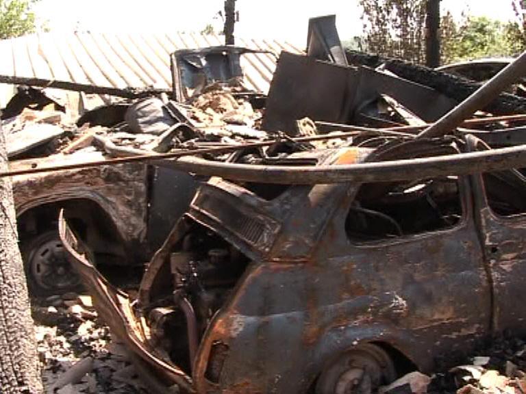 Palermiti mezzogiorno di fuoco distrutto box con tre for Tre box auto